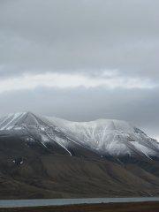 Die Gipfel gegenüber von Longyearbyen sind mit Neuschnee bedeckt