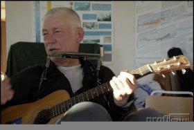 Seine Gitarre nimmt Miroslav auch mit zum Nordpol. Foto: Roman