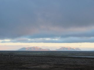 Fernweh! Der Blick zum von der untergehenden Sonne angeleuchteten Nordufer des Isfjords