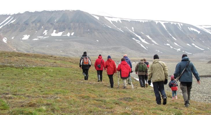 Ein Guide zusammen mit einer Touristengruppe unterhalb Foxfonna