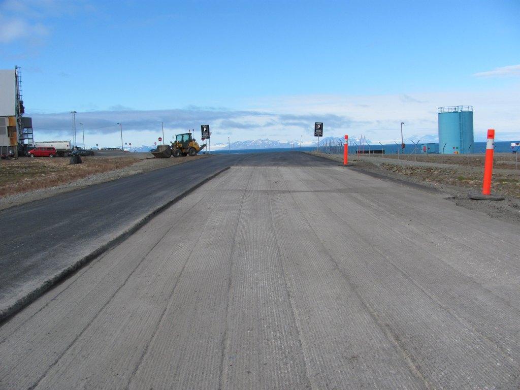 Die Straßen von Longyearbyen werden mitten in der Nacht frisch asphaltiert