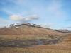 Innerhytta-Pingo (mittig, wo die kleine Hütte zu sehen ist, nicht der Berg)