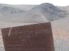 Ein altes Claim-Schild steht am Rand des Felsmassivs
