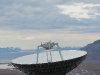 Wuchtig versperrt die Parabol-Antenne den Blick ins Tal