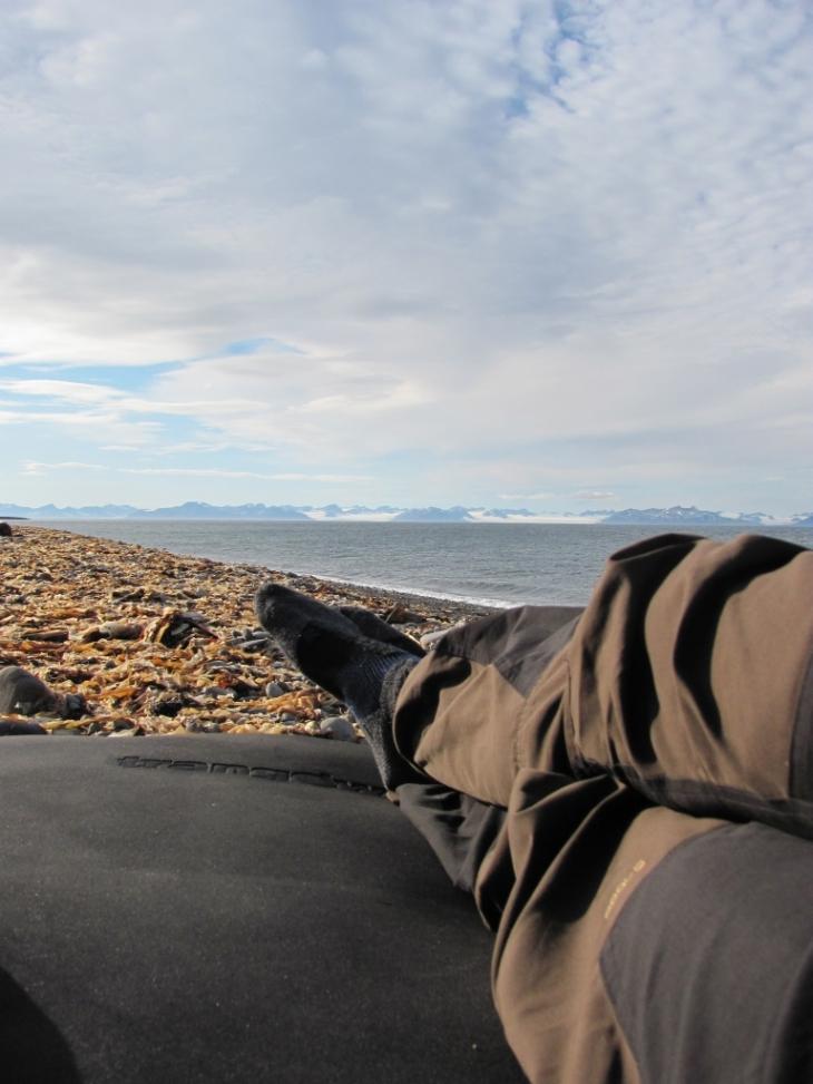 Mit einer Isomatte direkt am Adventfjord liegen - unbezahlbar
