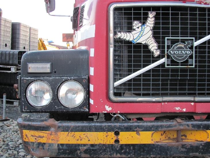 Eine uralte Volvo-LKW-Front mit miteinem Michelin-Männchen